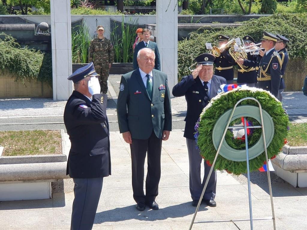 Polaganje venca pri pomniku padlim v osamosvojitveni vojni ´91 na ljubljanskih Žalah