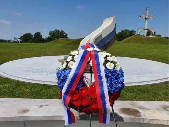 Polaganje venca pri spomeniku padlim v osamosvojitveni vojni 1991